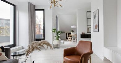 Zsúfoltság nélkül – Tetőtéri modern lakás szellős letisztult lakberendezéssel