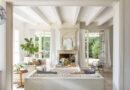 Klasszikus stílusú ház kellemes verandával, ápolt kerttel és kék zsalugáterekkel