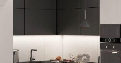 Modern lakás berendezése három alapszínnel, praktikus előszobai tárolókkal